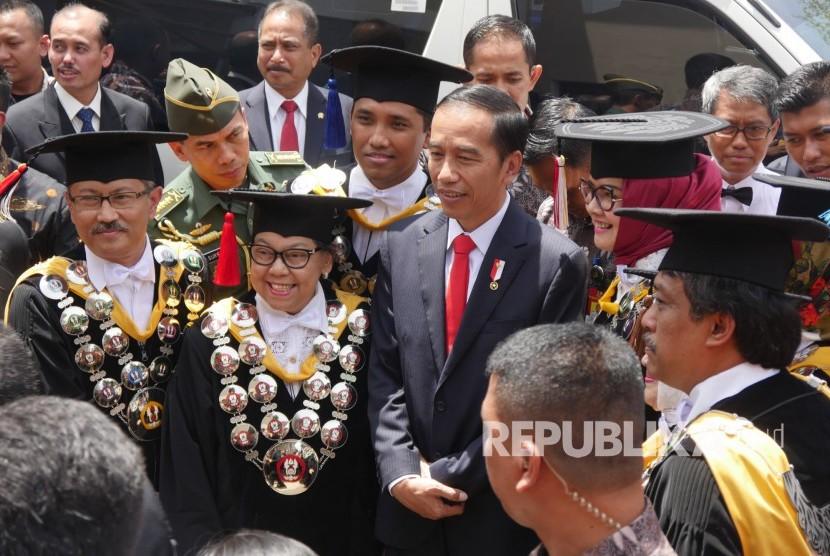 Presiden RI Joko Widodo berfoto bersama para guru besar saat hadir pada puncak perayaan Dies Natalis ke-60 Unversitas Padjadjaran (Unpad), di Graha Sanusi Hardjadinata, Kampus Unpad, Kota Bandung, Senin (11/9).