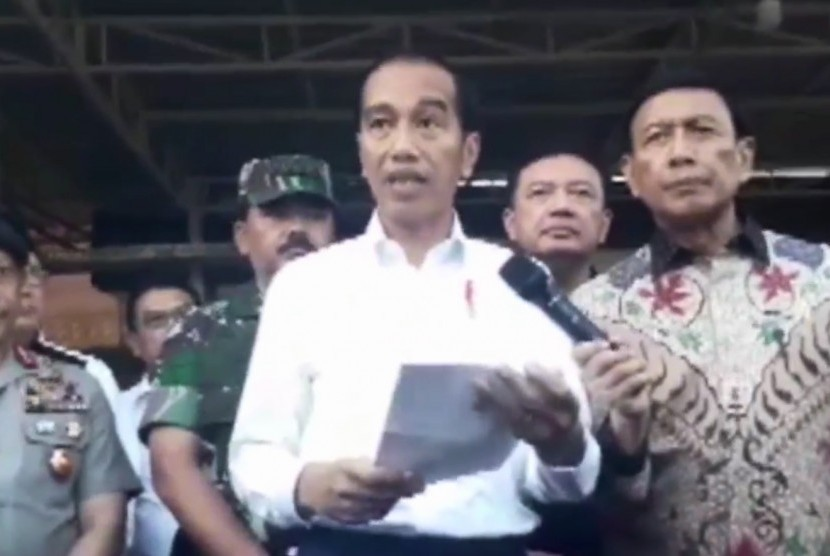 Presiden RI, Joko Widodo bersama jajaran petinggi negara saat mengunjungi lokasi pascaledakan bom bunuh diri di Surabaya