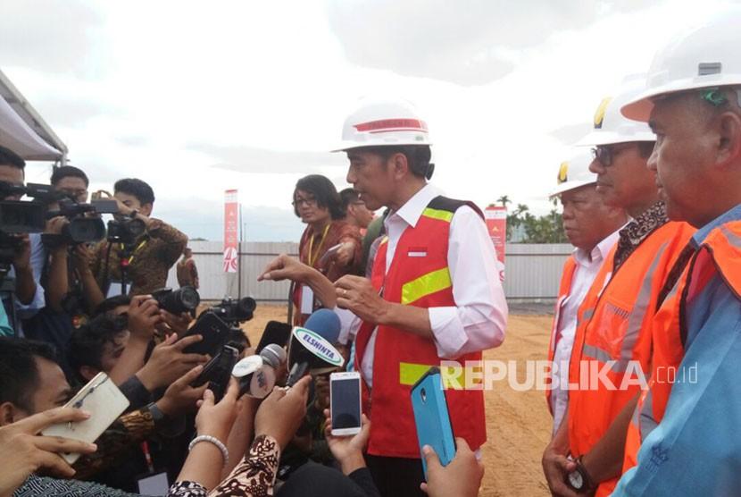 Presiden RI Joko Widodo memberikan keterangan pers usai peletakan batu pertama pembangunan tol Padang-Pekanbaru di Kota Padang, Jumat (9/2).