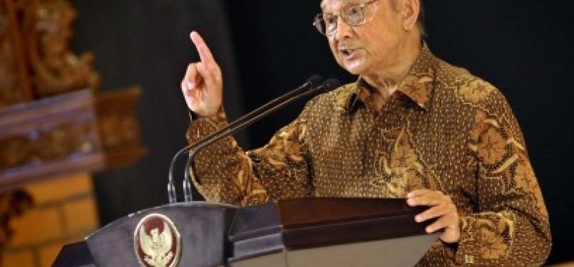 Presiden RI ke-3 BJ Habibie menyampaikan pidatonya pada peringatan Hari Kelahiran Pancasila di gedung DPR, Jakarta, Rabu (1/6)
