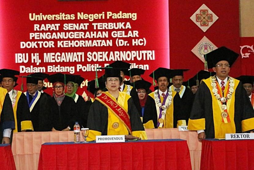 Presiden RI ke-5, Megawati Soekarnoputri mendapatkan gelar Doktor Honoris Causa (DRHC) Bidang Politik Pendidikan dari Universitas Negeri Padang (UNP), Rabu (27/9).