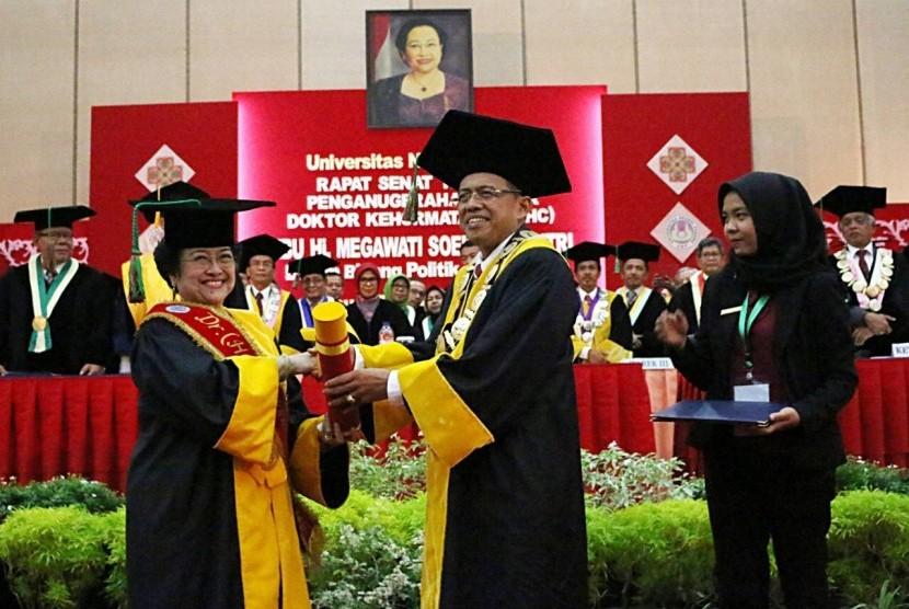 Presiden RI ke-5, Megawati  Soekarnoputri menerima gelar Doktor Honoris Causa  (DRHC) Bidang Politik Pendidikan dari Universitas Negeri Padang (UNP), Rabu (27/9).