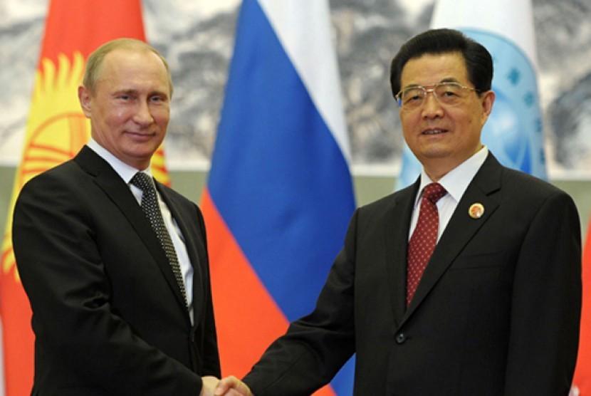 Presiden Rusia Vladimir Putin dan Presiden Cina Hu Jintao