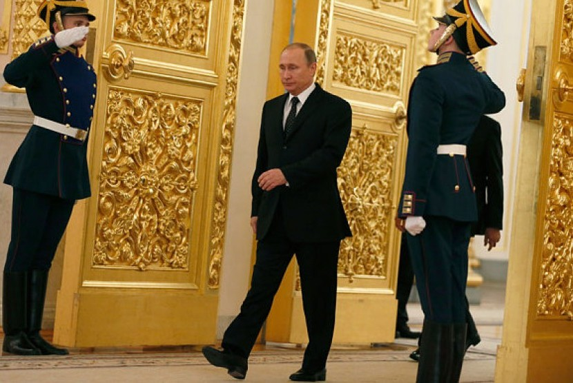Presiden Rusia Vladimir Putin memasuki Aula Alexadrovsky di Kremlin di Moskow, Rusia, 1 Oktober 2015.
