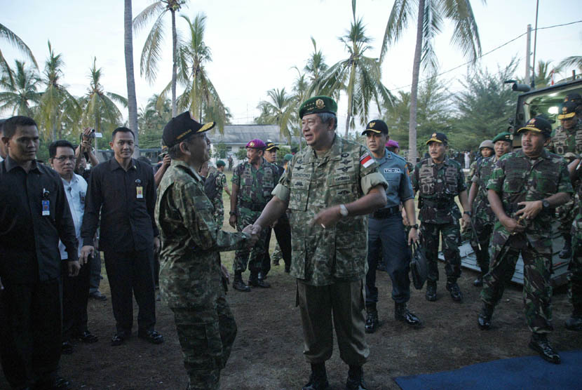 Presiden SBY didampingi Panglima TNI Laksamana TNI Agus Suhartono berada di atas tank amfibi LVT-7A1 Marinir TNI AL, ketika melakukan pendaratan pada Latgab TNI di Pantai Banongan, Situbondo, Jatim, Jumat (3/5).  (Antara/Eric Ireng)