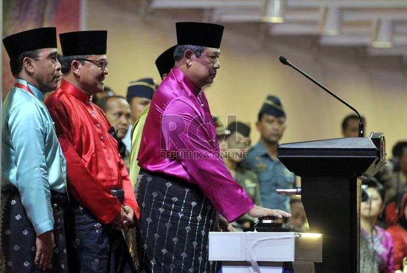 Pertunjukan tari-tarian memeriahkan acara pembukaan PON XVII di Stadion Utama Riau, Pekanbaru, Riau, Selasa (11/9).    (Adhi Wicaksono)