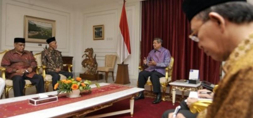 Presiden Susilo Bambang Yudhoyono (kanan) menerima Ketua Umum Pengurus Besar Nahdlatul Ulama (PBNU) Said Aqil Siradj (kiri) dan Rais Aam PBNU Sahal Mahfudz (kedua kiri) di Kantor Kepresidenan, Jakarta, Senin (6/6).