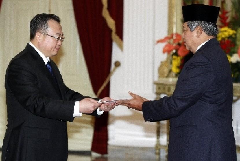 Presiden Susilo Bambang Yudhoyono (kanan) menerima surat kepercayaan dari Duta Besar Luar Biasa dan Berkuasa Penuh (Dubes LBBP) Republik Rakyat Cina, Liu Jianchao (kiri), di Istana Merdeka.