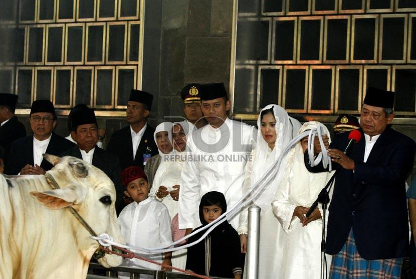 Presiden Susilo Bambang Yudhoyono (kanan) menyerahkan hewan qurban kepada panitia Idul Adha di masjid Istiqlal, Jakarta, Jumat (26/10). (Adhi Wicaksono)