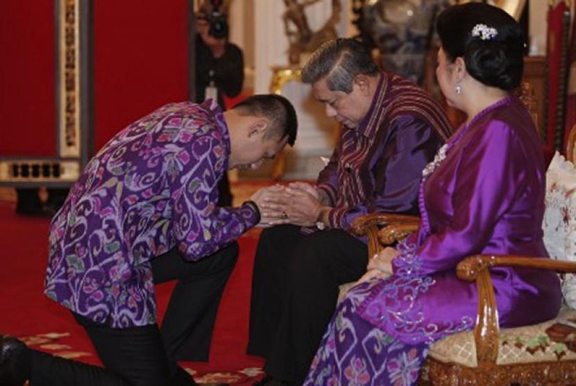 Presiden Susilo Bambang Yudhoyono menerima sungkem dari puteranya Edi Baskoro Yudhoyono pada acara sungkeman Hari Raya Idul Fitri 1 Syawal 1433 H di Istana Negara, Jakarta, Minggu (19/8).