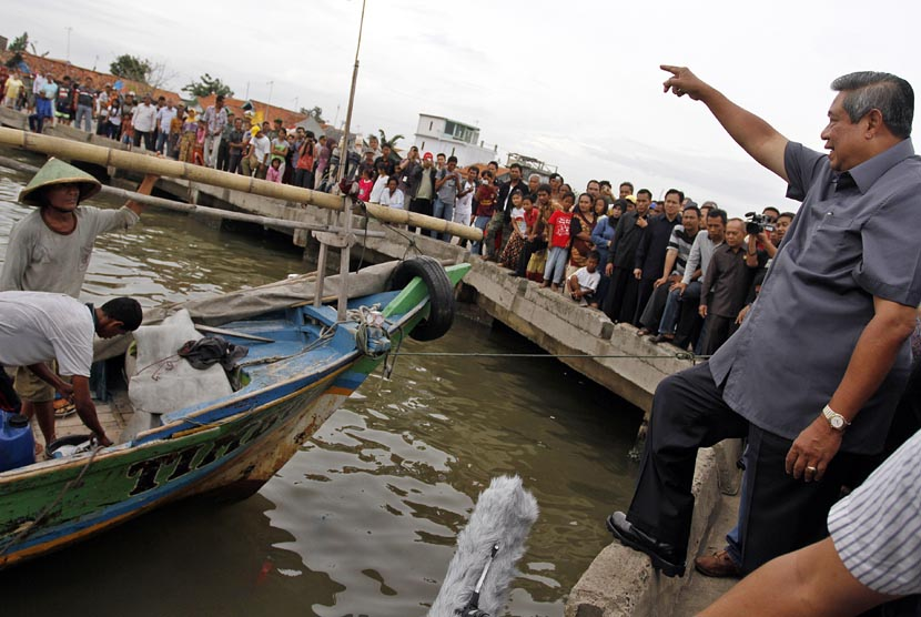 Presiden Susilo Bambang Yudhoyono mengunjungi Kampung Nelayan Tanjung Pasir, Teluk Naga di Tangerang, Banten, Jumat (4/1).   (Antara/Widodo S. Jusuf)