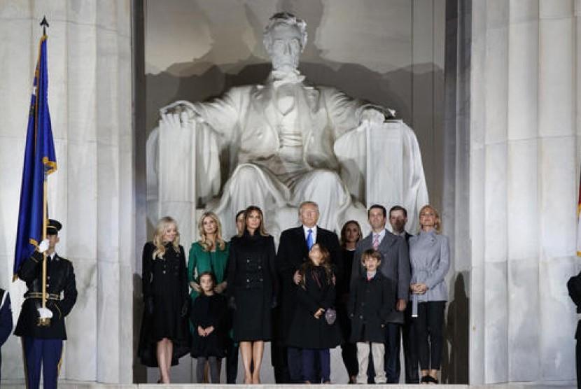 Presiden terpilih Amerika Serikat Donald Trump bersama keluarganya di konser jelang pelantikan di Lincoln Memorial, Kamis, 19 Januari 2017.