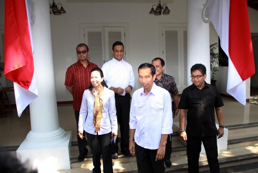 Presiden terpilih Joko Widodo bersama Kepala Staf Kantor Transisi Rini M Soemarno dan 4 deputi kantor transisi Andi Widjajanto, Hasto Kristiyanto, Anies Baswedan dan Akbar Faisal seusai meresmikan kantor transisi di Jalan Situbondo, Menteng, Jakarta, Senin