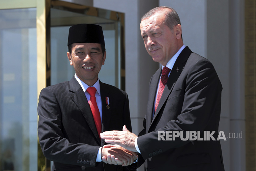 Indonesian President Joko Widodo (left) shake hands with Turkish President Recep Tayyip Erdogan at White Palace, Ankara, Turkey, on Thursday, (July 6).