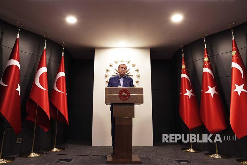 Presiden Turki Recep Tayyip Erdogan menyampaikan pidato terkait pelaksanaan referendum Turki di Istanbul (16/4)