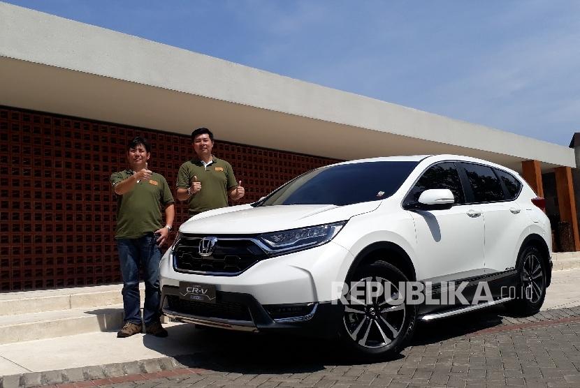 President Director PT Honda Prospect Motor (HPM) Takehiro Watanabe (kiri) bersama Marketing and After Sales Service PT HPM Jonfis Fandy, berpose di depan all new Honda CR-V Turbo.