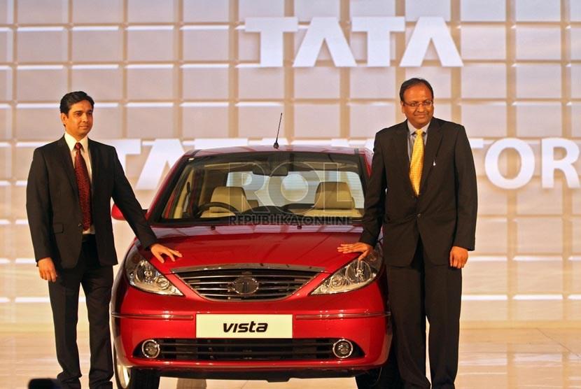 President Director Tata Motors Distribusi Indonesia Biswadev Sengupta (kanan) dan Direktur & Kepala Distribusi PT Tata Motors Indonesia Pankaj Jain (kiri) saat peluncuran mobil Tata Vista  di Jakarta, Selasa (10/9). (Republika/Adhi Wicaksono)