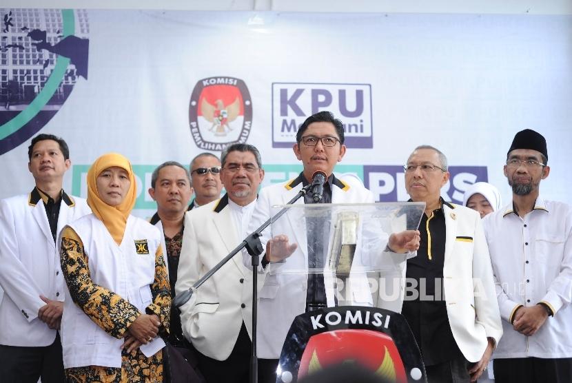 Press Confrence. Partai Keadilan Sejahtera (PKS) memberikan keterangan kepada media yang di berikan oleh Sekjen PKS Mustafa Kamal di Kantor KPU Pusat, Jakarta, Sabtu (14/10).