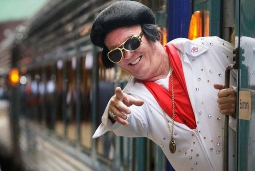 Pria berdandan ala Elvis Presley.