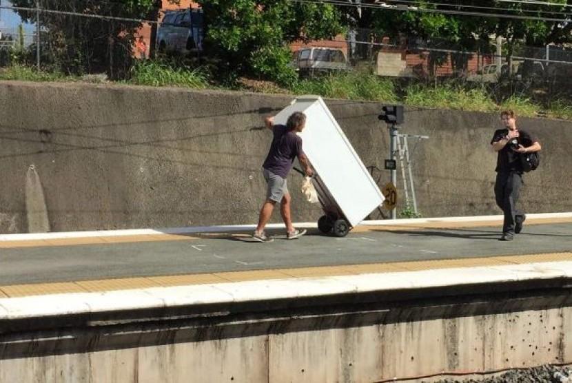 Pria ini didenda Rp 2,5 juta karena berusaha membawa lemari es ke dalam kereta.