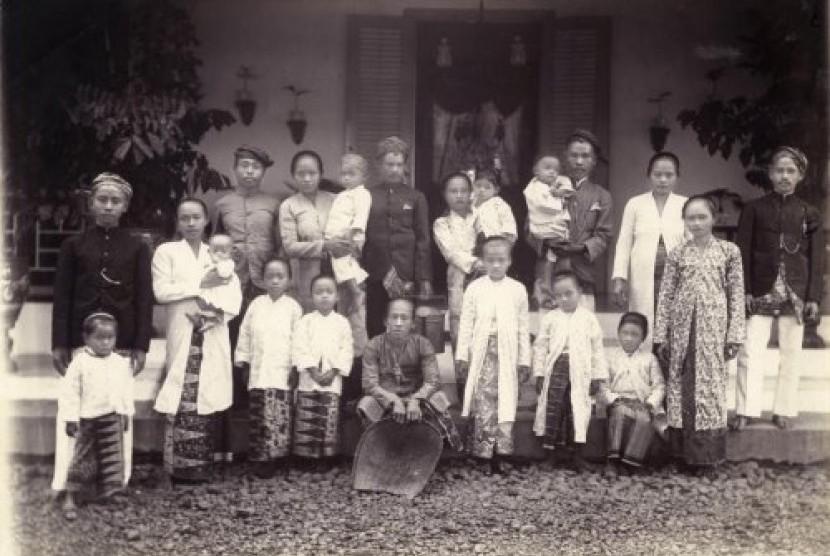 Pribumi yang menjadi 'bedinde' (pembantu) di sebuah rumah tangga milik orang Belanda, pada tahun 1900.