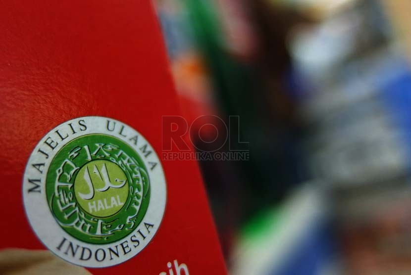 Produk dengan label halal terpajang di salah satu supermarket di Jakarta. (Republika/Prayogi).