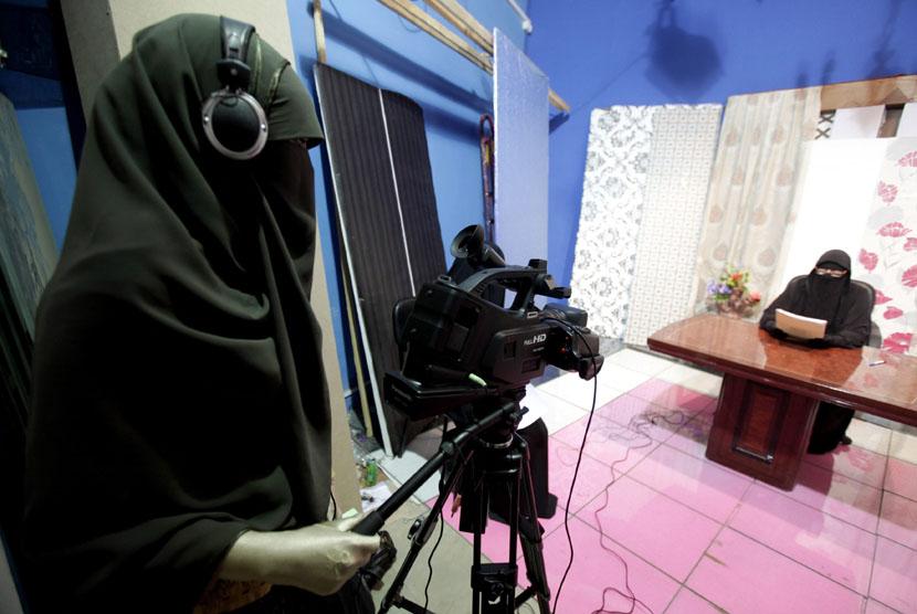 Produksi program tayangan televisi tengah dibuat oleh sebuah saluran TV baru yang dikelola seluruhnya oleh karyawan perempuan, akan diluncurkan akhir pekan ini di Kairo, Mesir, Kamis (19/7). (Mohamed Abd El Ghany/Reuters)
