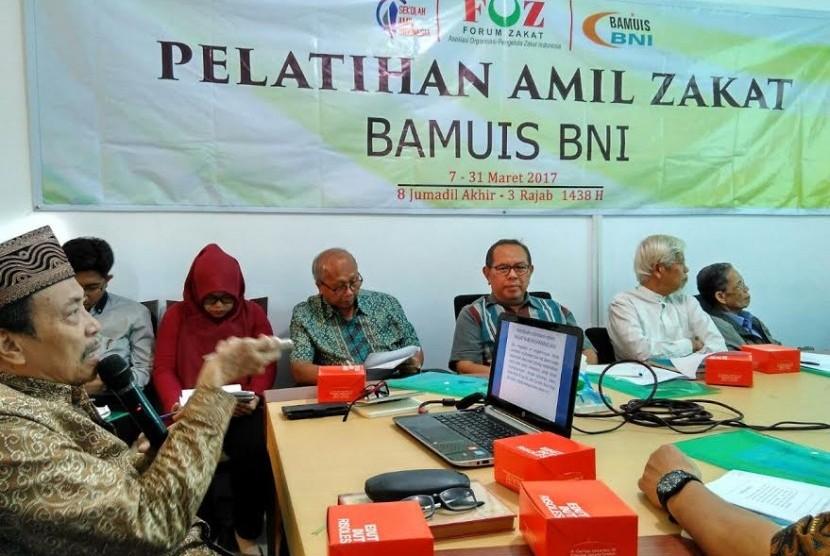 Prof Amin SUma mengisi pelatihan amil zakat Sekolah Amil Indonesia di Bamuis BNI.