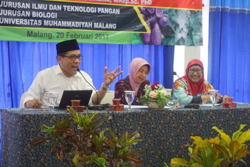 Prof Rizal M Damanik sedang memaparkan materinya tentang tanaman Torbangun.