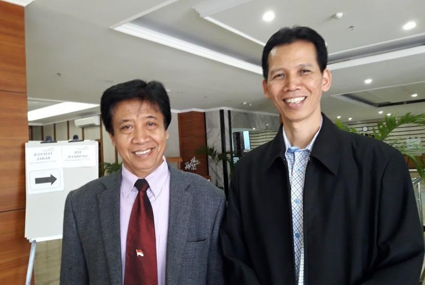 Prof Uman Suherman (kiri) dan Pengurus Yayasan BSI Naba Aji Notoseputro.