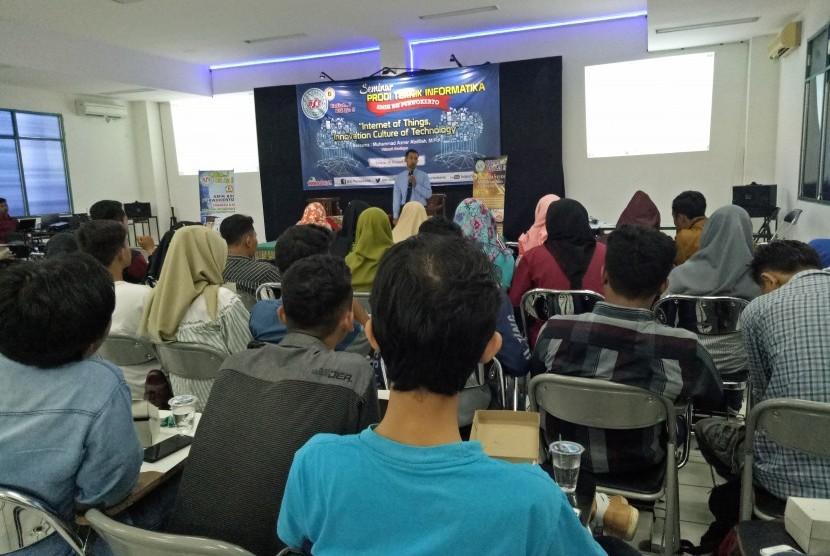 Program Studi Teknologi Informasi AMIK BSI Purwokerto menggelar seminar teknologi bertemakan IoT.