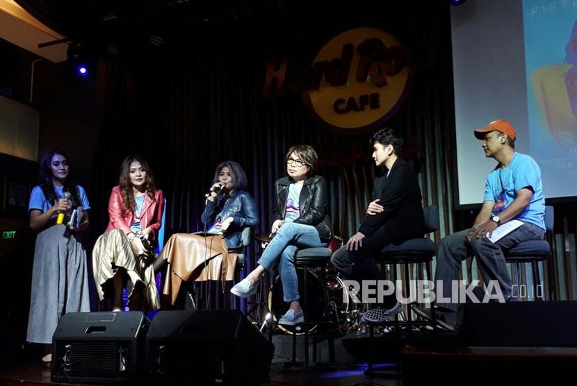 Promotor konser Fifth Harmony pada konferensi pers PSA Tour 2018 di Hard Rock Cafe Jakarta, Kamis (14/12). Grup musik asal Amerika Serikat itu akan menggelar konser di The Kasablanka, Jakarta, pada 12 Maret 2018.