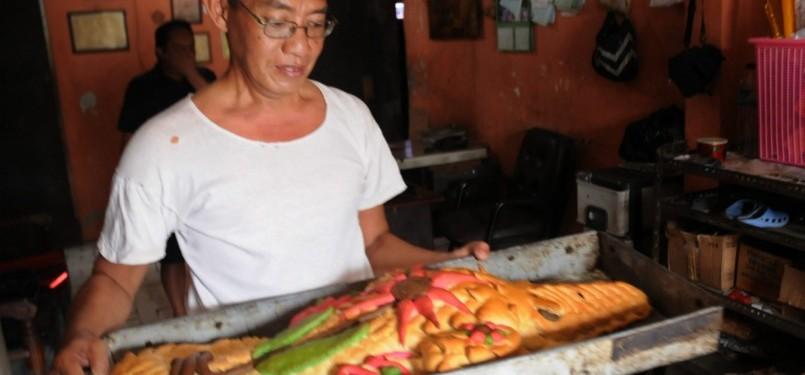 Proses pembuatan roti berlangsung di sebuah rumah industri kecil Lezat ...
