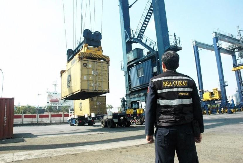 Proses pemeriksaan barang ekspor oleh Bea Cukai.