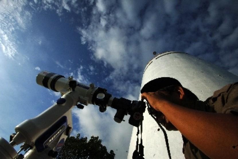 Proses rukyatul hilal atau melihat bulan untuk menetapkan awal Ramadhan di kawasan Bukit Lampu Padang, Sumatra Barat.