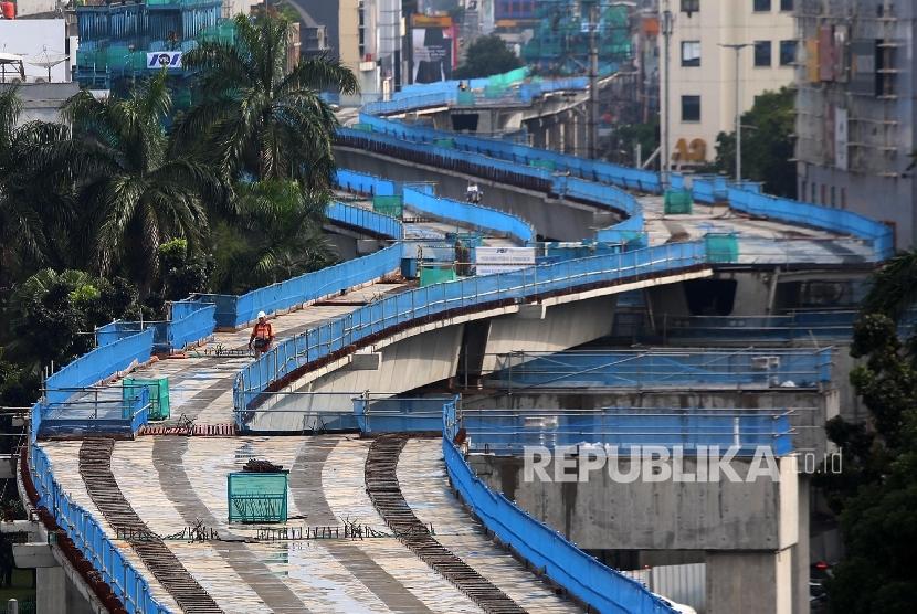 Proyek pembangunan jalur layang MRT koridor selatan-utara (Lebak Bulus-Bundaran HI) di kawasan Blok M, Jakarta, Sabtu (1/4).