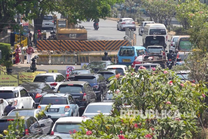Proyek penanggulangan banjir di Jalan Dr Djunjunan atau dikenal Jalan Pasteur, Kota Bandung, mulai dilaksanakan, Selasa (19/9). Hingga pertengahan Oktober, Jalan Pasteur akan mengalami kendala kemacetan karena proyek tersebut.