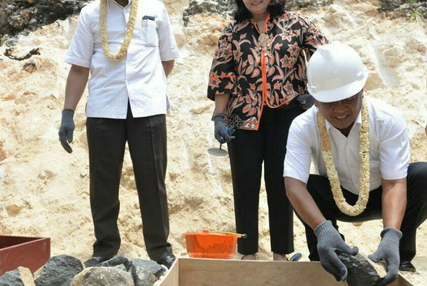 PT Astra International Tbk melalui Yayasan Pendidikan Astra – Michael D. Ruslim (YPA-MDR) melaksanakan prosesi peletakan batu pertama di SMKN 2 Donorojo, Rabu (8/11).