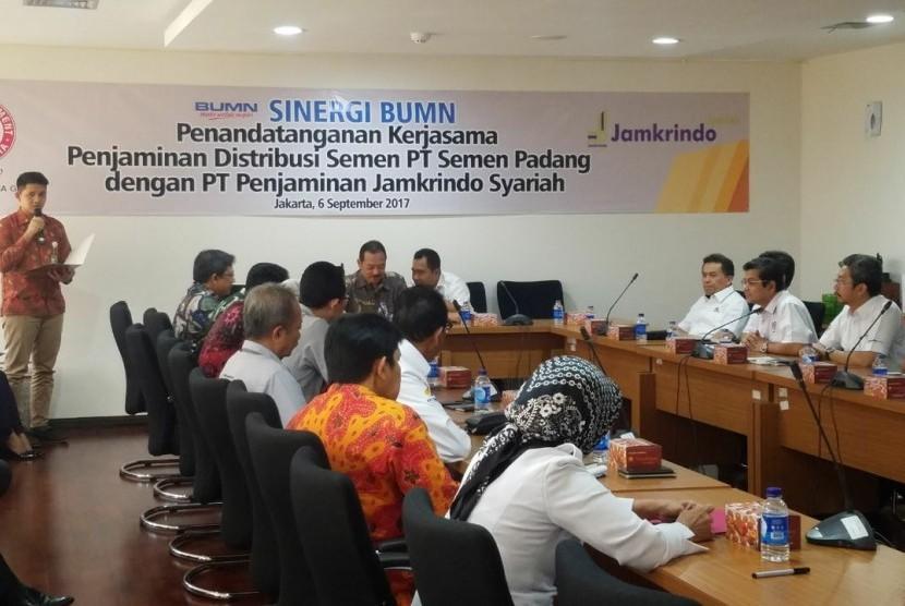 PT Penjaminan Jamkrindo Syariah (PT Jamsyar) bersama PT Semen Padang menandatangani Perjanjian Kerjasama (PKS) Penjaminan Distribusi Semen di kantor Kementerian BUMN, Rabu (6/9).