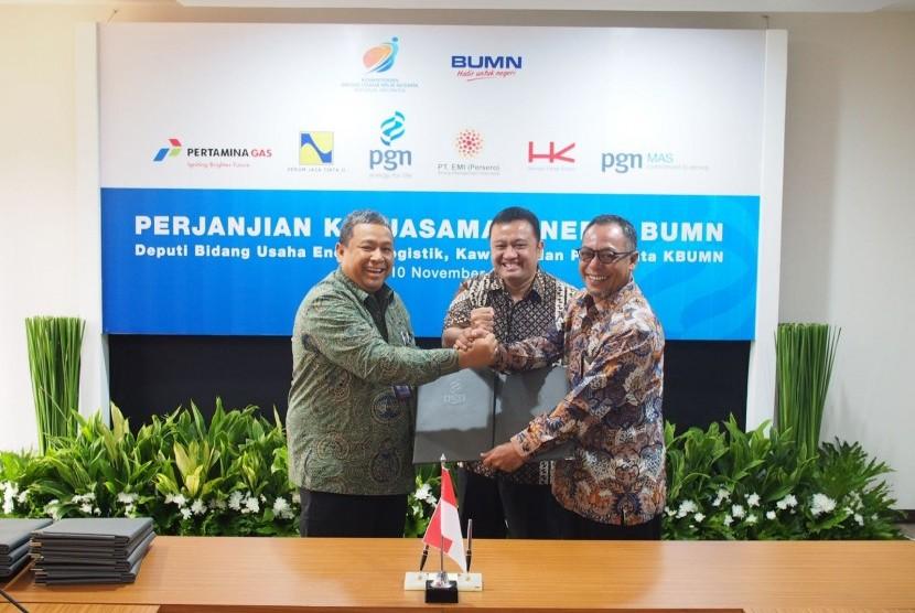 PT Perusahaan Gas Negara (Persero) Tbk (PGN) menandatangani lima perjanjian kerja sama dengan empat BUMN sekaligus, yakni Perum Jasa Titta II, PT Energy Management Indonesia, PT Pertamina (Persero), dan PT Hutama Karya (Persero).