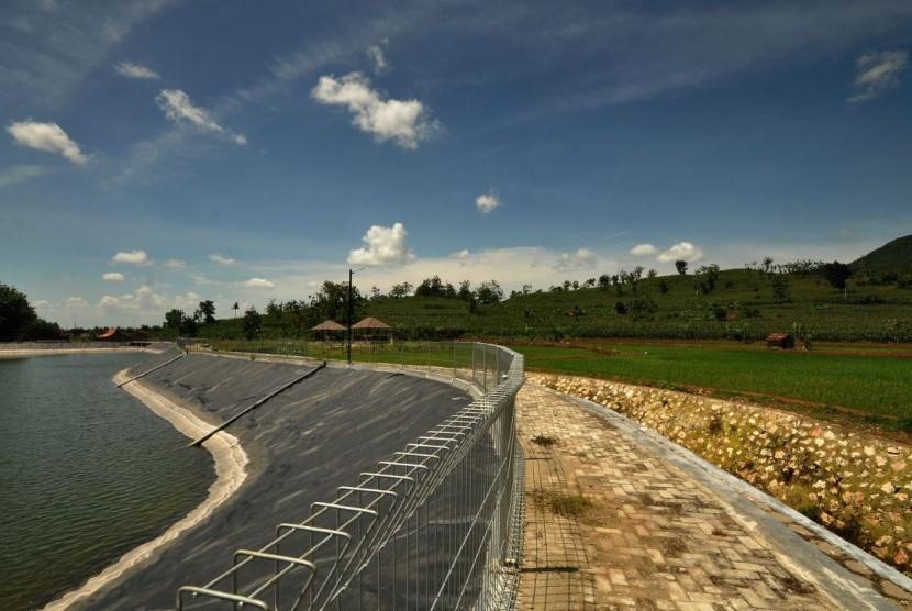 PT Semen Indonesia membangun embung Tegaldowo untuk menampung air hujan, di atas areal seluas 1,3 hektare di wilayah Kecamatan Gunem, Kabupaten Rembang, Jawa Tengah.