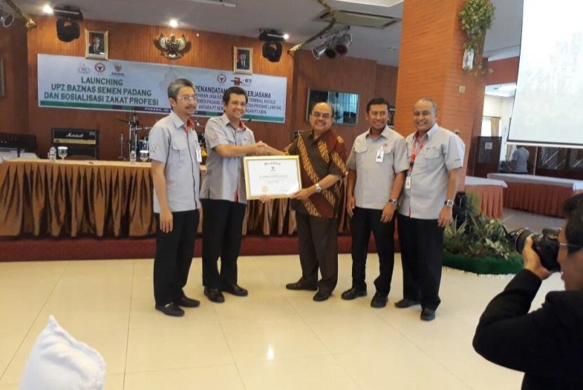 PT Semen Padang bekerja sama dengan Badan Amil Zakat Nasional (Baznas) meluncurkan Unit Pengumpul Zakat (UPZ) Baznas Semen Padang, Rabu (30/8).