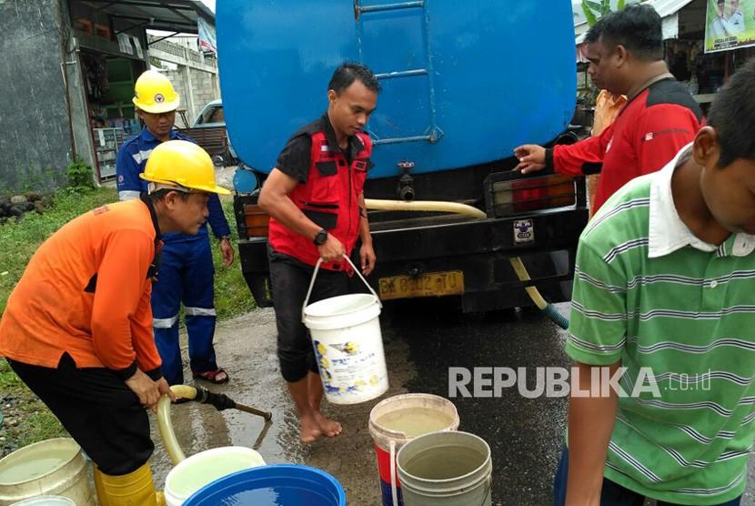 PT Semen Padang melalui Tim Reaksi Cepat (TRC) perusahaan mengirim bantuan air bersih di dua kecamatan di Kota Padang, yaitu Lubeg dan Lubuk Kilangan.
