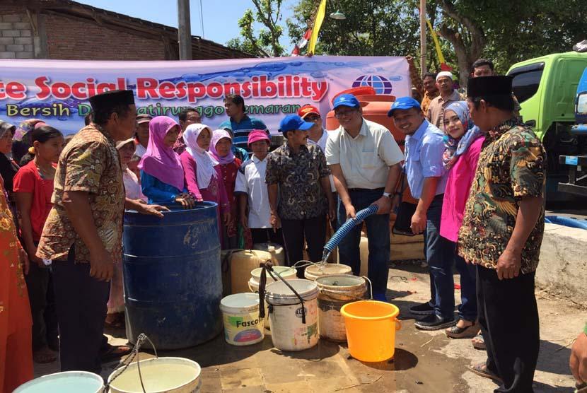 [ilustrasi] Kegiatan penyaluran bantuan air bersih ke Desa Jatirunggo, Kecamatan Pringapus, Kabupaten Semarang, Jawa Tengah.