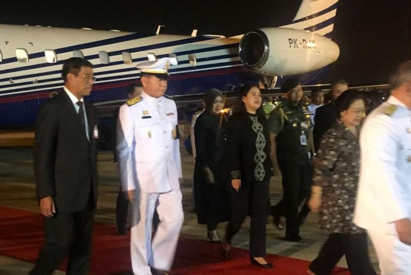 Puan Maharani, mendampingi Presiden ke-5 RI, Megawati Soekarnoputri menghadiri upacara Royal Cremation Raja Bhumibol Adulyadej di Sanam Luang, Bangkok yang dilaksanakan Kamis (26/10) waktu setempat.