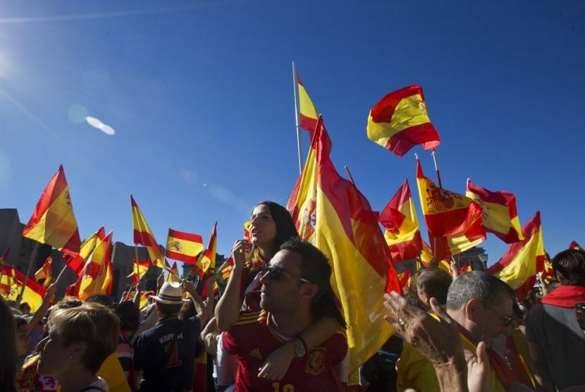 Publik memenuhi Alun-Alun Colon di Madrid, Spanyol, (7/10). Ribuan orang pro penyatuan Spanyol membawa bendera Spanyol sebagai bentuk protes terhadap pemerintah daerah Katalunya yang ingin merdeka dari Spanyol.
