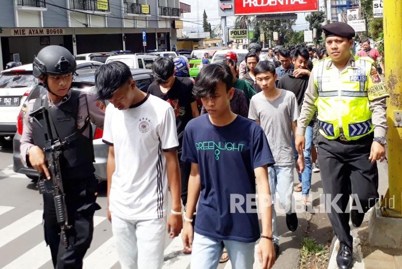 Puluhan anggota geng motor diamankan Polres Sukabumi Kota dan diperlihatkan ke masyarakat di kawasan Tugu Adipura Sukabumi, Ahad (11/3).