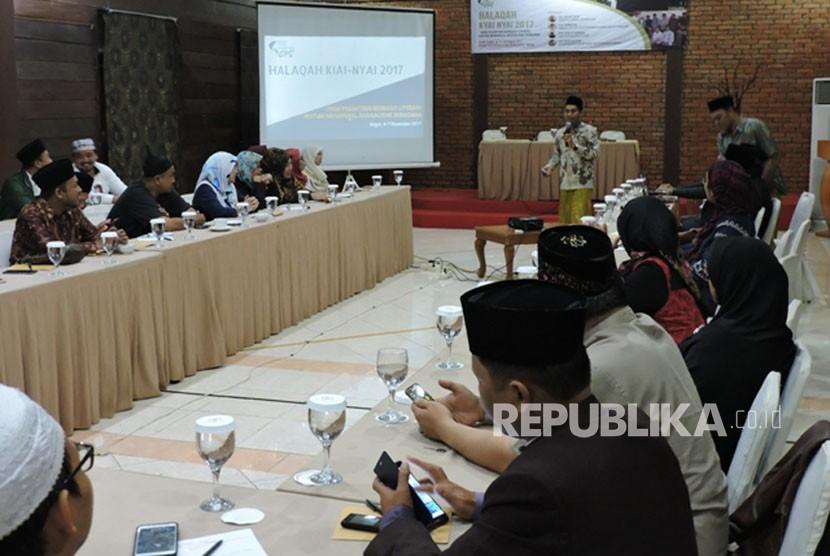 Puluhan Kiai dan Nyai menggelar halaqah di Bogor. Kegiatan yang bertema Jihad Pesantren Berbasis Literasi: ikhtiar Menangkal Radikalisme Beragama ini dilaksanakan pada tanggal 4-6 Desember 2017. (