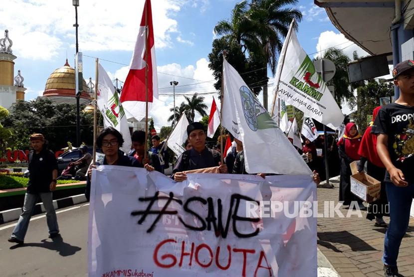 Puluhan mahasiswa Kesatuan Aksi Mahasiswa Muslim Indonesia (Kammi) Sukabumi menggelar aksi kemanusiaan peduli Ghouta Suriah di jalan utama Kota Sukabumi, Ahad (11/3).
