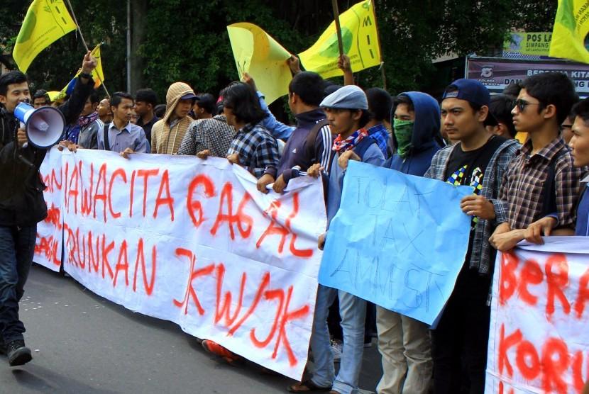 Puluhan mahasiswa yang tergabung dalam Pergerakan Mahasiswa Islam Indonesia (PMII) melakukan unjuk rasa di depan Istana Bogor, Kota Bogor, Jawa Barat, Kamis (20/10).